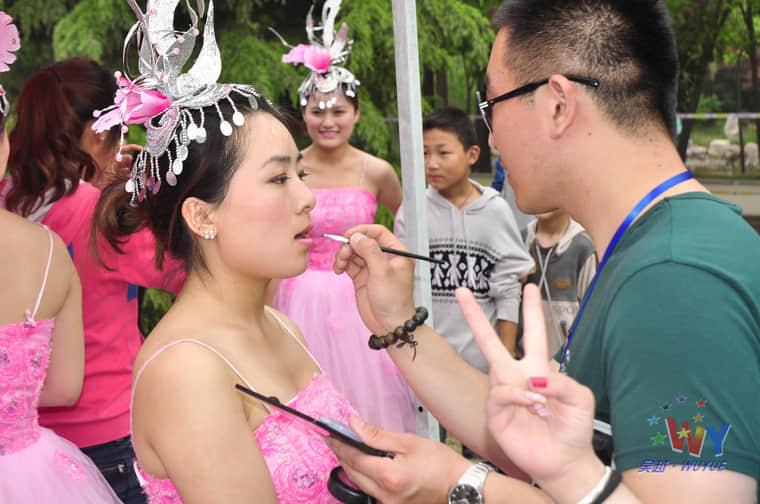 吴越学校化妆专业全体学员参加我市欢乐中原行——大型群星演唱会化妆造型活动