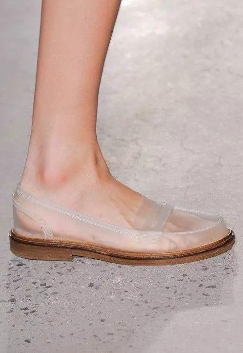 【时尚】据说,今年很流行这种透明鞋?
