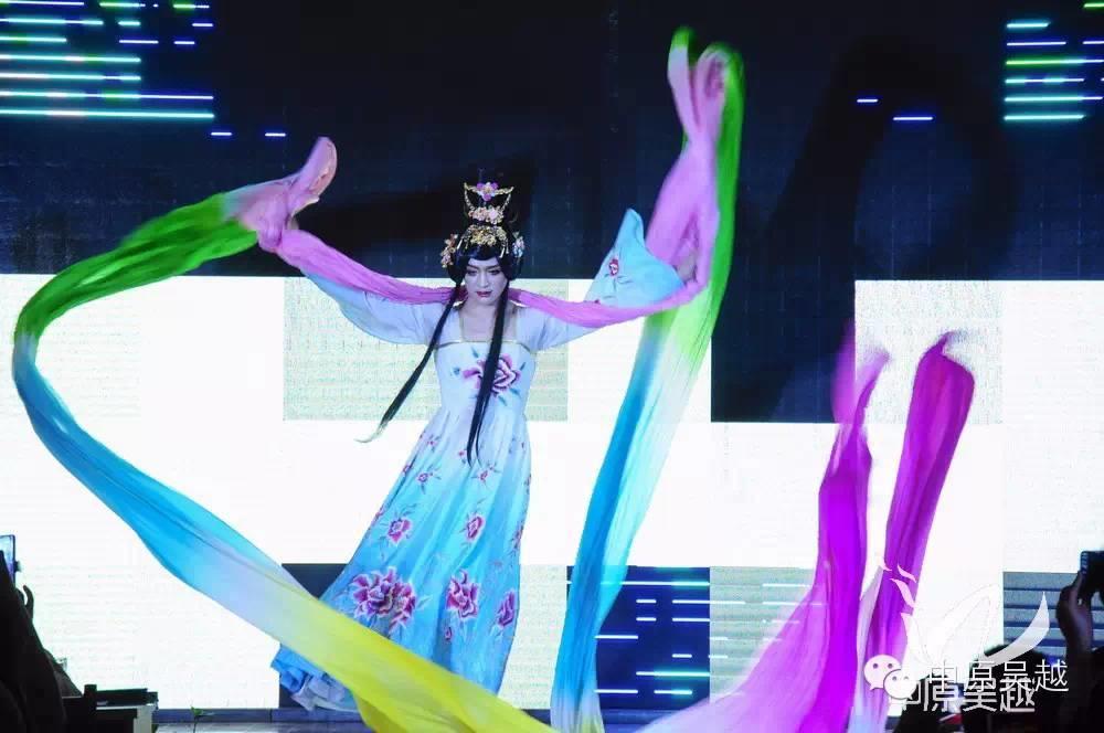 【吴越学校】大气飘逸与华丽绚烂的时尚走秀。