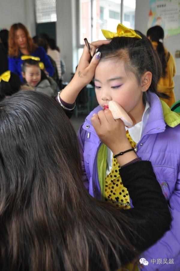 【吴越学校】化妆专业学员义务给学生化妆
