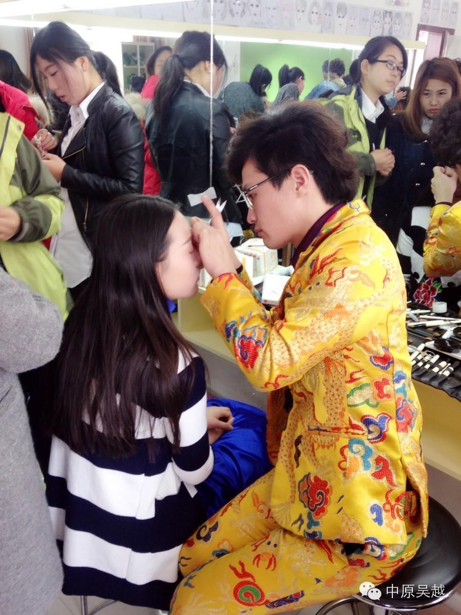 """【吴越学校】化妆专业的学员们正在为""""濮阳女企业家年会""""精心准备着......"""