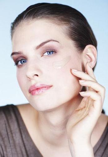 高光粉遮盖黑眼圈 5秒钟提升气色化妆法