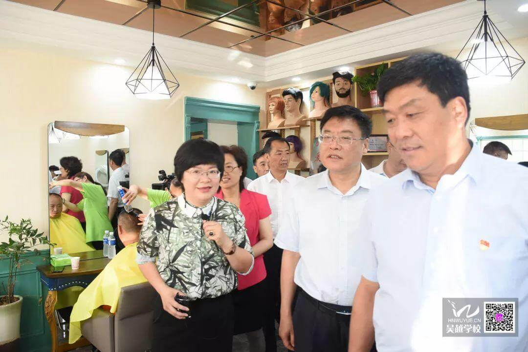 热烈欢迎全国总工会领导、河南省总工会领导来吴越职业培训学校户外劳动者驿站调研