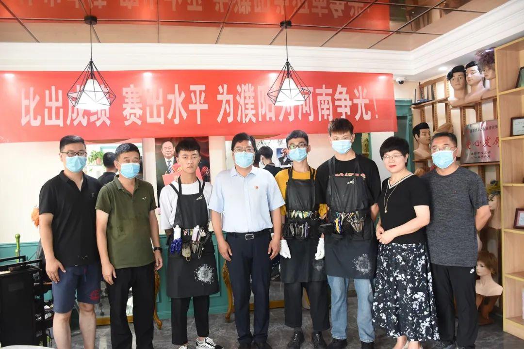 濮阳市人社局党组书记局长李剑飞到吴越学校看望参加第46届世赛选拔赛的选手们