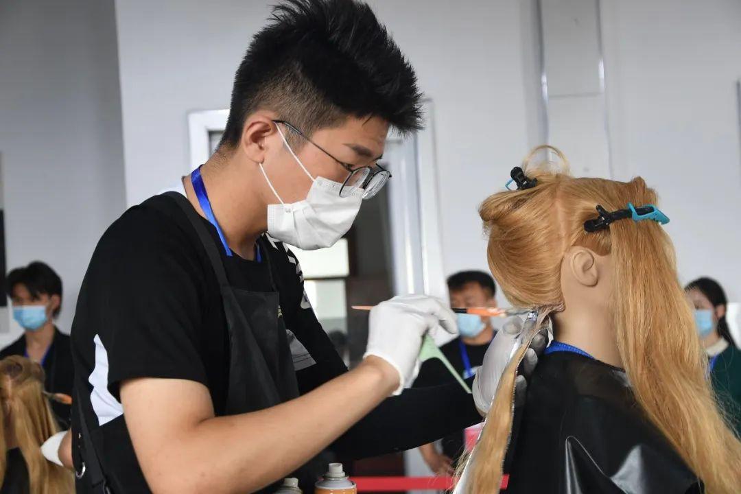 祝贺濮阳技师学院和吴越学校选手再次包揽第46届世界技能大赛美发项目河南省选拔赛前三名的好成绩!